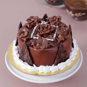 chocolate-cake-topped-with-lustrous-roses