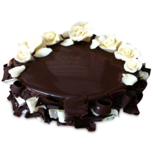 chocolate-cake-with-white-roses-half-kg